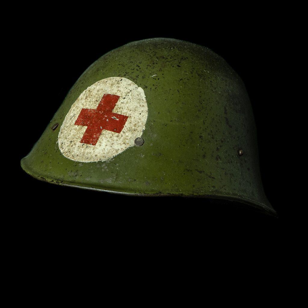 Rode Kruis helm naar model KNIL