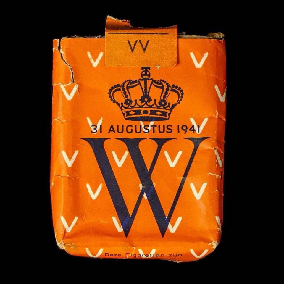"""Sigaretten 31 augustus 1941, de verjaardag van koningin Wilhelmina met de tekst """"Oranje zal overwinnen!""""."""
