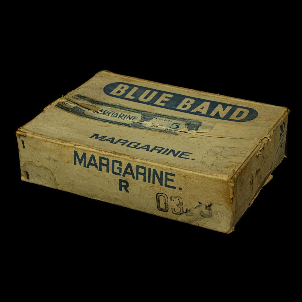 BLUE BAND Margarinedoos voor knipsels uit de oorlog
