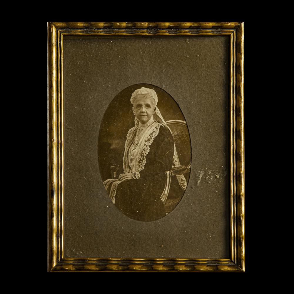 Foto Koningin Emma in lijst