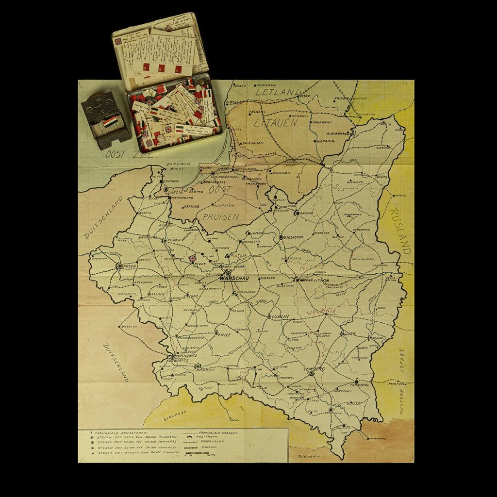Handgemaakte kaart met vlaggetjes om de Duitse opmars weer te geven
