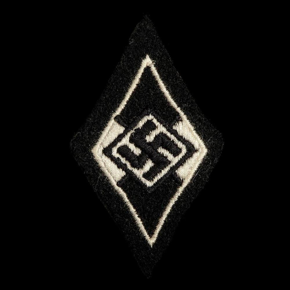 Waffen SS voor een voormalig Hitler Jugend lid