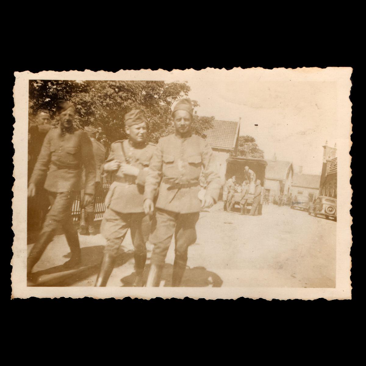 Officier en twee soldaten